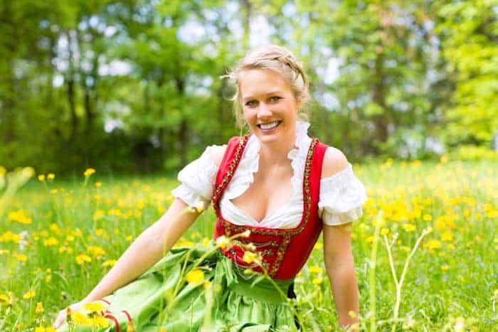 Frau im Dirndl mit Dirndlschürze © depositphotos.com